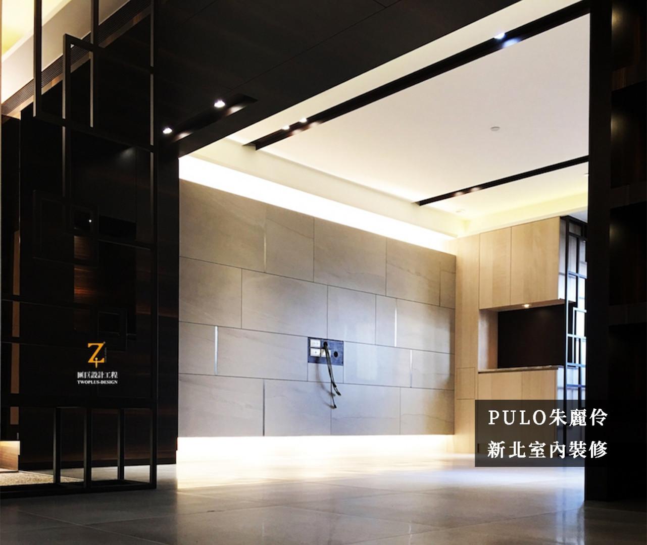 電視主牆使用大理石磁磚,採交錯拼貼的方式增加豐富度,同時也在牆面後裝設間接照明,增添更多氛圍重點。另一側不使用全面的板材打造隔間,而是採用線條柱體,不僅能營造輕隔間的效果,同時也能增加美感。-PULO裝潢平台