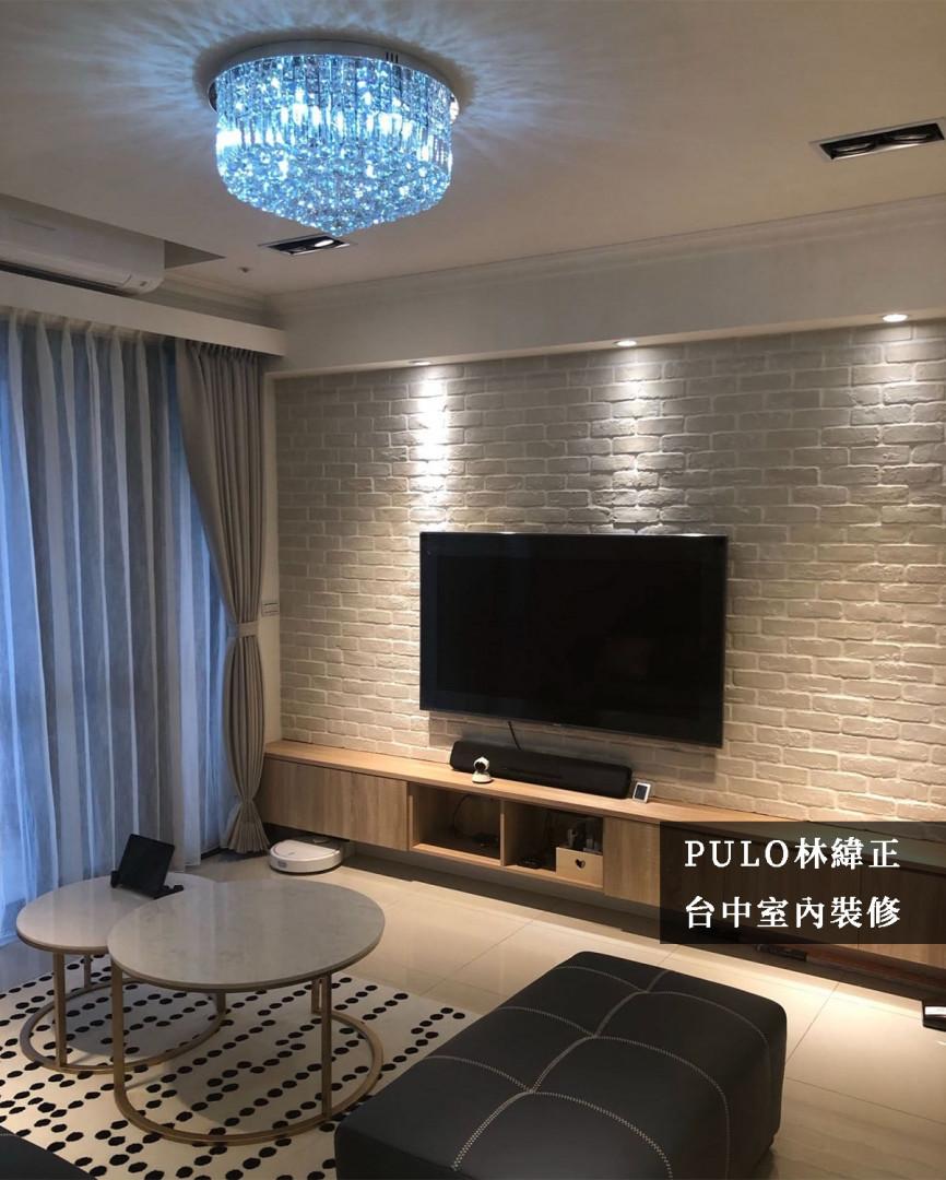 以鄉村風格的文化磚石打造電視牆面,同時使用帶有溫暖光線的投射燈照射,讓居家氛圍增加;客廳主燈則選用華麗的燈飾為空間加分。電視櫃的深度因應牆面寬度而調整,不造成多餘的空間浪費,而茶几也以小巧的圓桌代替,增加更多可使用的範圍。-PULO裝潢平台