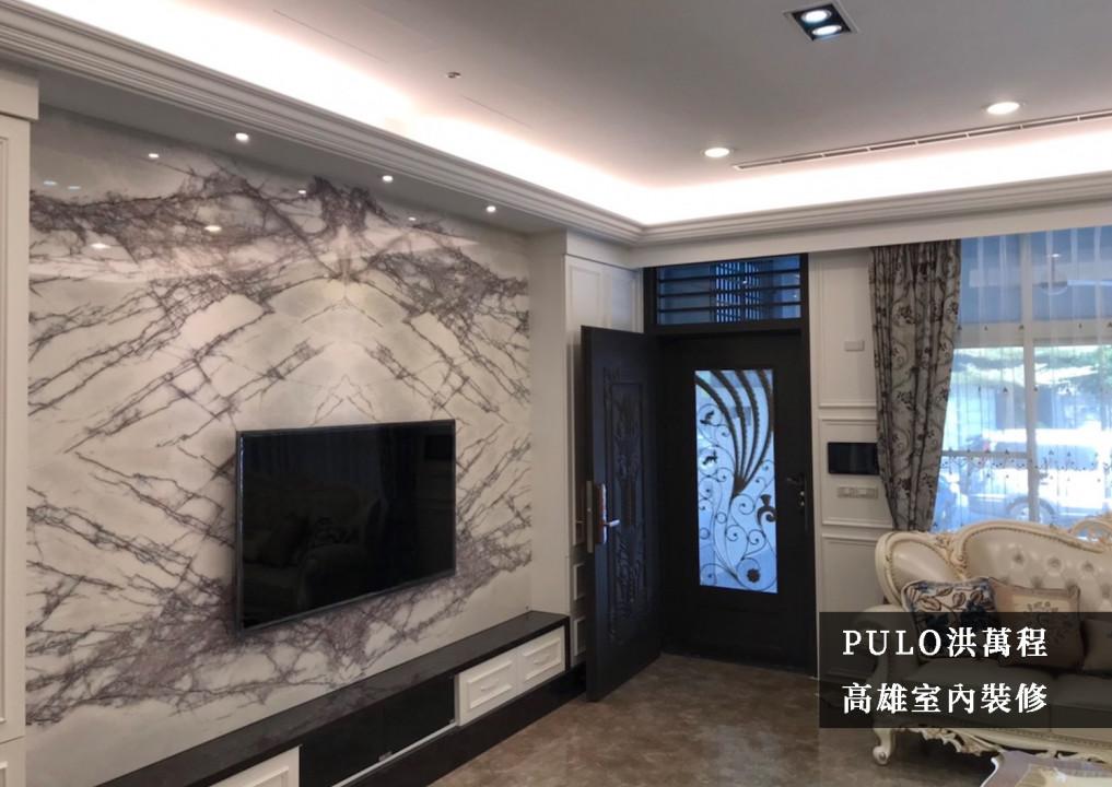 挑選仿大理石的建材為電視牆面,搭配客廳整體的傢俱風格及地板磁磚紋路,讓氛圍更加高雅華麗。另外特別利用門後的空間設置收納櫃體,讓電視櫃也將深度一併對齊,使得大門動線更加流暢。-PULO裝潢平台
