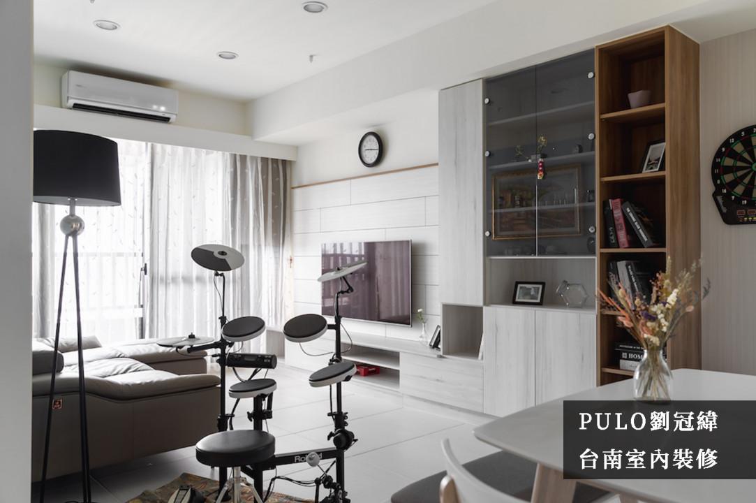 以潔白的木作板材拼貼作為電視牆面風格,並且在地面與櫃體也大多選用相同的色系讓空間更加明亮寬敞;其中在最旁側的櫃體則挑選深色的板材製作,在潔淨透亮的空間裡點出特別的重點,讓展示櫃體更加顯眼。-PULO裝潢平台