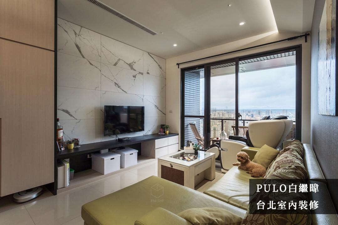 客廳裝潢靈感-電視牆使用高雅的白底大理石紋路,與客廳的桌體及磁磚地板色調互相搭配,沙發則使用明亮的草綠色點綴,為客廳畫下重點。電視下方櫃體多使用開放式,不因物品大小有所侷限,在事後的收納上更為簡易,拿取時更加一目瞭然。