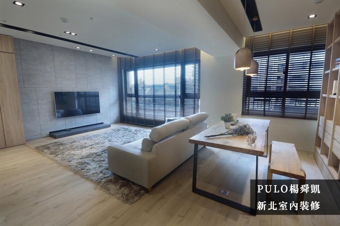 不使用具收納功能的電視櫃體,而是以簡潔的木作將電視區域規劃出來,日後添購傢電時也不用煩惱因尺寸而有所侷限。沙發後的空間捨棄多數人選擇的玻璃隔間,而是直接以書桌隔出客廳與書房的空間,同時讓整體空間更加寬大。-PULO裝潢平台