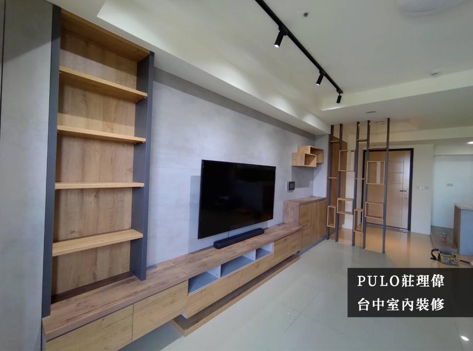 主牆使用特殊塗料,擺脫原先單調的牆面,塑造類工業風的風格;櫃體使用一致的木作建材,讓整體氛圍更為和諧。玄關屏棄常見的頂天收納櫃,反而使用多種不同造型的木作排列,減少隔間造成的壓迫感,讓空間有了更多採光及寬敞感受。-PULO裝潢平台