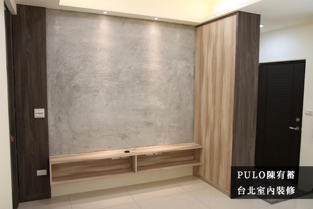 使用大型櫃體區隔出多數人在意的玄關區域,除了可避免民俗上的風水問題,同時也能增加客廳的隱蔽性,避免進門一覽無遺。木作的板材分別選用一深一淺的跳色搭配,並採一致的紋路選擇來減少衝突感,同時搭配牆面的樂土風格,增加自然溫暖效果。-PULO裝潢平台