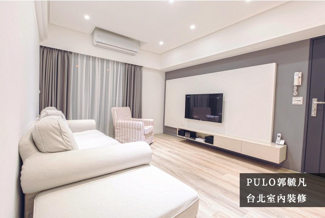 窗簾盒可以遮蔽零件增加美感,同時與天花板的裝修排列一致,減少視覺上的不平整;窗簾的色調也與主牆面有所搭配,點出客廳氛圍重點。電視牆則大膽使採用明亮、簡潔板式,保留主牆面的色調的同時又不影響空間亮度;電視櫃訂做一字型,使空間更加寬敞。-PULO裝潢平台
