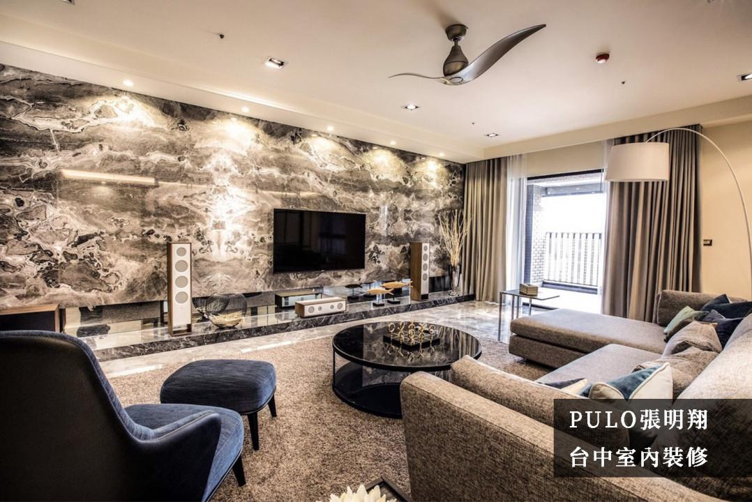 使用大片的大理石磚作為客廳主牆,營造出整體的磅礴氣勢,下方的電視櫃體也採用大氣的一字造型,將家電用品直接展示擺放。另外在地毯、窗簾及沙發的挑選上,特別選用相同色系,增加空間的視覺一致,讓整體更加和諧。-PULO裝潢平台