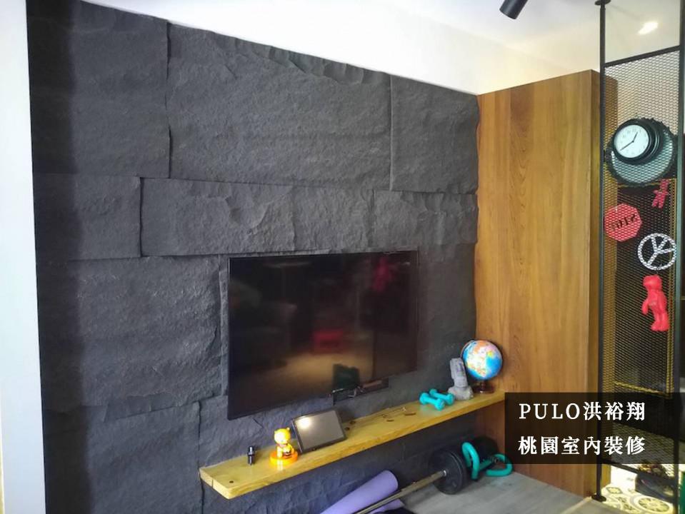 以大片的深色板岩建材為主牆氛圍,打造自然環境風格,而電視櫃使用層板式的原木板材,保留最簡約的空間效果。而一旁的玄關櫃體則以類似色系減少違和感,同時搭配頂天的網架,一方面能增加客廳的隱蔽性,卻也能保留大門出入的視野。-PULO裝潢平台