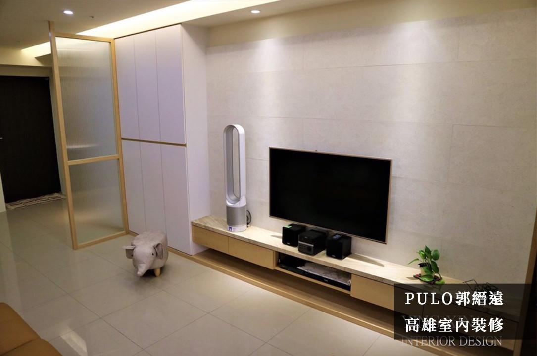 以明亮的色調作為客廳主軸,櫃體使用白色色調增加視覺寬敞度;天花板部分裝設間接照明,搭配暖白色燈光增加溫馨氛圍。為了開門後將客廳一覽無遺,加裝條紋玻璃來取代傳統隔間,既能保有採光與穿透感,又能細膩地兼顧隱私。-PULO裝潢平台