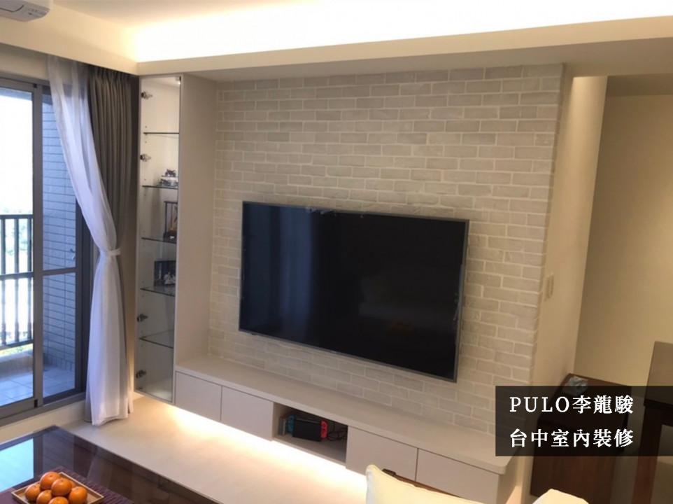 電視牆以淺色的文化磚石鋪成,在旁的櫃體也採用相同的白色色系,不僅能減少視覺的衝突,還能增加空間放大的效果。另外特別在櫥窗中裝設燈飾,用以發揮透明展示窗的功能;在主牆的下方也保留了設置間接照明的空間,讓整體更加溫馨。-PULO裝潢平台