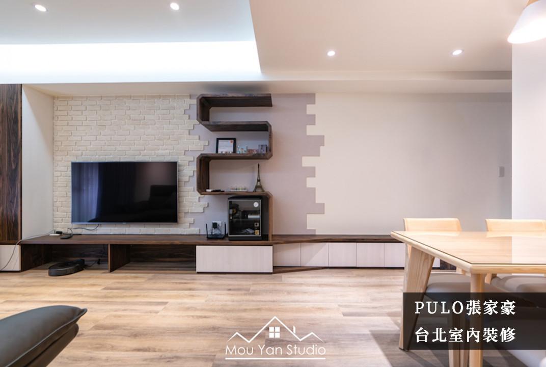 客廳裝潢靈感-解析40款客廳風格裝潢小巧思:偌大的牆面,減少收納櫃的擺放,增加明亮空間感;同時利用文化磚貼及跳色油漆,取代原先單調的牆面,增添豐富度。櫃體使用開放式不規則造型,而非傳統方正形狀來與其後的牆面相互映襯,形成整體的和諧感。