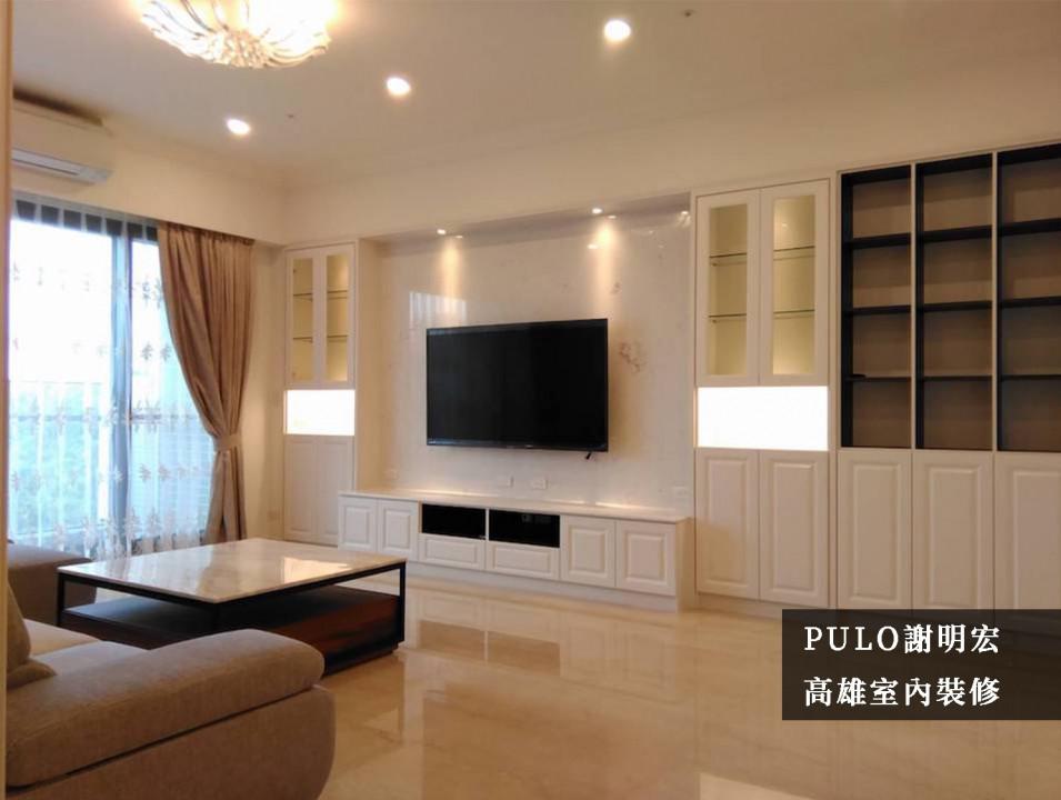 地面磁磚與電視主牆選用淺色大理石紋路,映出空間的簡約純淨;收納櫃體也全數使用白色色調組成,與整體的氛圍更加融洽,櫃體中還裝設燈具增加展示功能。而茶几特地選用相同的大理石風格,在尺寸的搭配下更顯得落落大方。-PULO裝潢平台