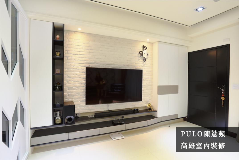 使用層架與櫃體多層次搭配,分劃出日常家電擺放的需求,同時為了兼顧收納效果與空間限制,左方至右方的櫃體呈現流線型,因應不同深度帶來的空間差距。而電視牆選用文化磚石拼貼,與客廳整體色系搭配得當。-PULO裝潢平台