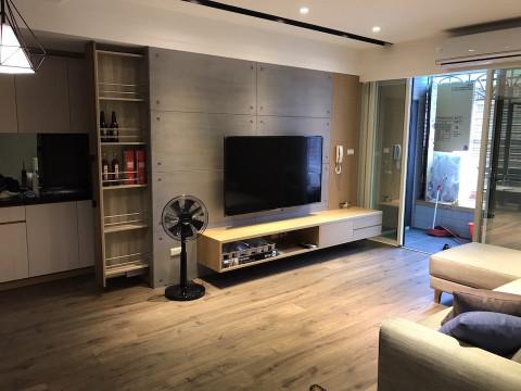 挑選小巧、方便移動的茶几,在視覺上讓客廳空間視覺更輕盈,也更舒適更大。