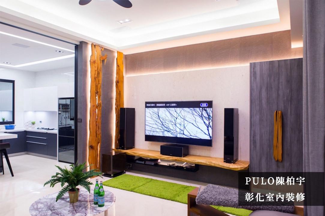 客廳整體風格以自然、原始為特色,在牆面裝飾、門把及電視櫃都使用原木建材,並特別加上照明以突顯重點;在櫃體的板材則挑選深色調來襯托原木的亮眼,而廚房的空間同時也挑選相同色系的面板相互搭配。-PULO裝潢平台